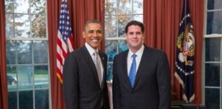 USAs president Barack Obama (f.v.) tok i mot Israels nye Washington-ambassadør Ron Dermer i Det hvite hus. (Foto: @AmbDermer, Twitter.com)