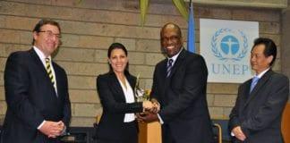 Innovation: Africas president og grunnlegger Sivan Yaari (nr 2 f.v.) mottar en FN-pris for sitt bistandsarbeid, under en konferanse i Kairo. (Foto: innoafrica.org)