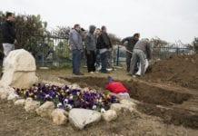 Familiegravstedet til Ariel Sharon klargjøres for begravelsen mandag 13. januar 2014. (Foto: Carmen Rodriguez NSP)