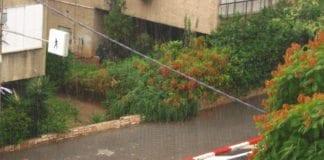 Regnet hamrer ned i en gate i Tel Aviv. (Foto: Ron Almog, flickr.com)