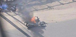 Etter rakettangrepet mot terroristen ble motorsykkelen antent. (Foto via ynetnews.com)