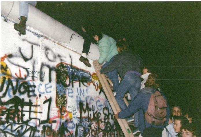 Det er fundamentale forskjeller mellom Berlin-muren og Israels barriere på Vestbredden. (Foto: Gavin Stewart, flickr.com)
