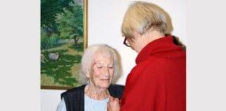 Valgerd Svarstad Haugland overrekker medaljen til Blanche Major. (Foto: Line Wormli)