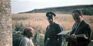 """En romkvinne, en tysk offiser og """"raseforsker"""" Robert Ritter (t.h.). Bildet skal være tatt i 1936. (Foto: Deutsches Bundesarchiv)"""