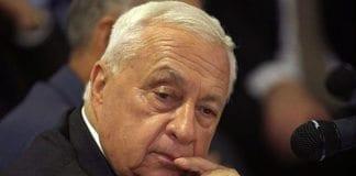 Tenk deg et mord i Norge hvor morderen går helt fri og siden er aktiv samfunnstopp og stortingsrepresentant. Det skjedde med mannen som ledet Sabra og Shatilla-massakren i Libanon. Tenk om morderpolitikeren senere ble innkalt til rettssak ikke som tiltalt, men som vitne mot den eneste tiltalte i saken: En politimann som kanskje burde ha kunnet forhindret mordet. Ariel Sharon (bildet) blir forsøkt fremstilt som krigsforbryter, selv om han var i denne politimannens rolle. (Foto: GPO)