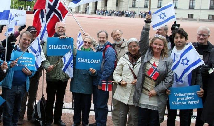 MIFF-medlemmer ønsker Israels president Shimon Peres velkommen til Norge 12. mai 2014. (Illustrasjonsfoto: Conrad Myrland, MIFF)