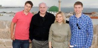 Familien Netanyahu på tur i Akko i april 2011. En av sønnene Yair og Avner har norsk kjæreste, kan faren fortelle til norske medier. (Arkivfoto: GPO)