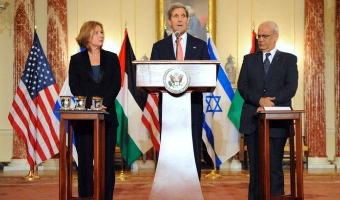 USAs utenriksminister John Kerry med israelernes forhadnlingsleder Tzipi Livni til venstre og palestinernes forhandlingsleder Saeb Erekat til høyre, ved oppstarten av de pågående fredssamtalene i fjor sommer. Foto: Flickr/U.S. Government.