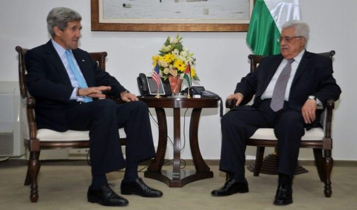 John Kerry og Mahmoud Abbas i samtaler underveis i de pågående fredssamtalene. Foto: Flickr/U.S. State Department.