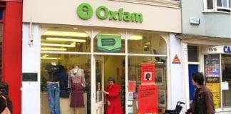 Bildet viser en av bruktbutikkene til den internasjonale hjelpeorganisasjonen OXFAM, som går inn for boikott av Israelske bosetninger på Vestbredden. Foto: Wikimedia Commons.