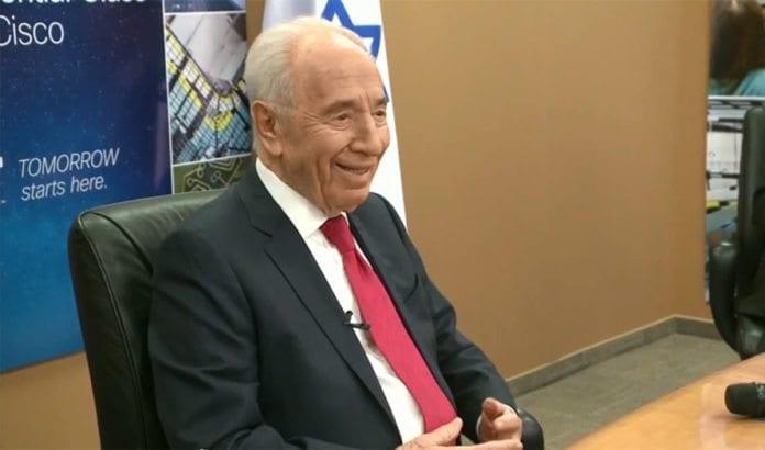 Her setter Israels president Shimon Peres verdensrekord med verdens største klasse i en undervisningstime. Foto: Skjermdump fra Youtube.