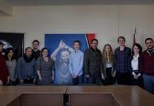 AUFs delegasjon foran portrettet av Marwan Barghouti, en Fatah-leder dømt for terror. (Foto: Skjermdump fra AUFs Facebook-side)