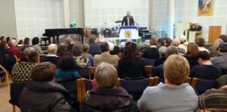Stortingsrepresentant Hans Olav Syversen (KrF) på talerstolen i MIFF Oslo tirsdag 28. januar. (Foto: Tore Wilhelmsen)