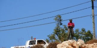 Bildet viser en vakt fra en av de israelske bosetningene nord på Vestbredden. (Illustrasjonsfoto: Michael Loadenthal, flickr.com)
