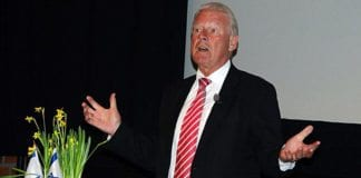 Tidligere FrP-leder Carl I. Hagen talte til en fullsatt sal i MIFF Hallingdal 18. mars 2014. (Foto: Jostein Sandsmark)