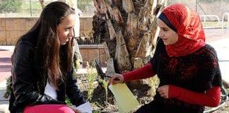 En jødisk og arabisk jente i samtale. (Illustrasjonsfoto: U.S. Embassy Tel Aviv, flickr.com)