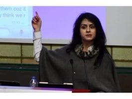 Christy (25) fikk politisk asyl i Storbritannia på grunn av trusler mot hennes liv i det palestinske samfunnet. (Skjermdump fra YouTube)