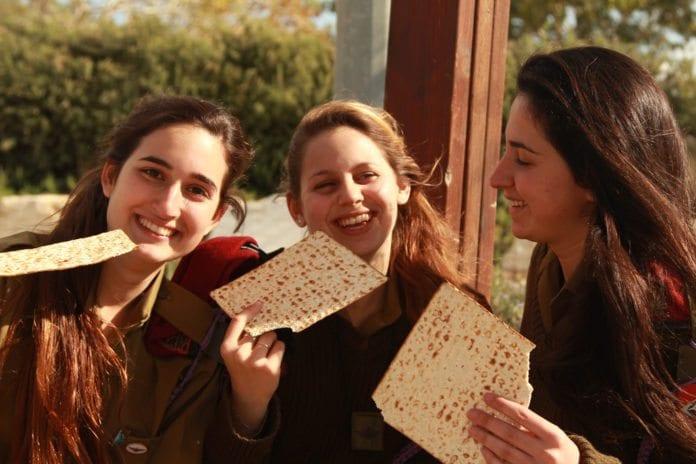 Tre kvinnelige israelske soldater spiser matza. (Illustrasjonsfoto: IDF)