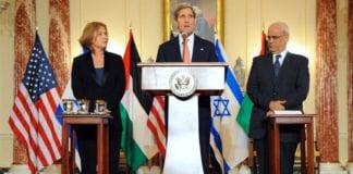 Tzipi Livni mener det ikke var mulig for Israel å fortsette fredssamtalene når en terrororganisasjon som Hamas ble tatt inn i varmen av motparten. Her har hun USAs utenriksminister John Kerry og palestinernes forhandlingsleder Saeb Erekat ved sin side i starten av forhandlingsperioden 30. juli 2013. Foto: U.S. State Department / Flickr.com.