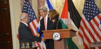 USAs utenriksminister sammen med hver av partenes forhandlingsledere, Saeb Erekat og Tzipi Livni, i starten av de pågående forhandlingene. Foto: U.S. State Department / Flickr.com.