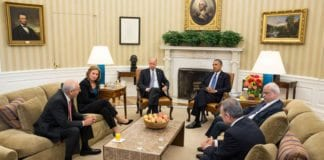 Her møttes partene i Det hvite hus 30. juli 2013, da forhandlingsperioden startet. Ved president Obamas venstre side er de palestinske representantene Saeb Erekat og Mohammed Shtayyeh, og ved Obamas høyre side israelernes forhandlingsleder Tzipi Livni med følge. Foto: Det hvite hus.