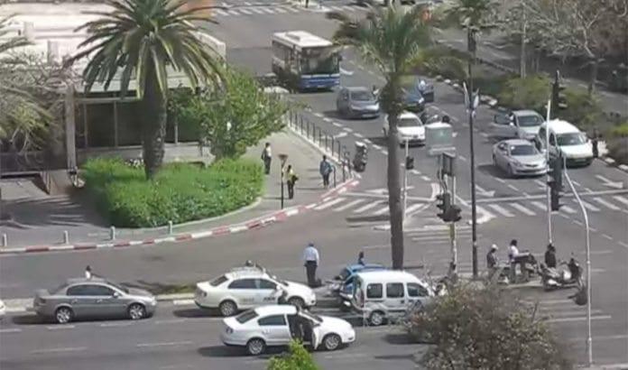 Trafikken stopper opp når sirenene går for å markere minnet etter Holocaust-ofrene. (Foto: Skjermdump fra Wikimedia Commons video.)