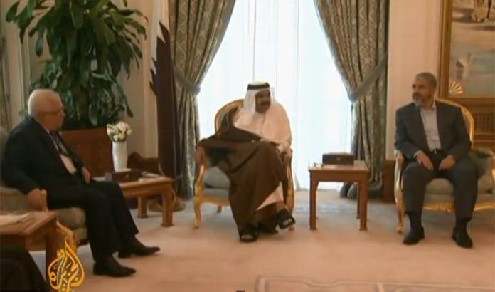 Fatah-leder Mahmoud Abbas og Hamas-leder Ismail Haniyeh i møte, med emiren av Quatar i midten. (Foto: Skjermdump fra Al-Jazeera / Youtube.)