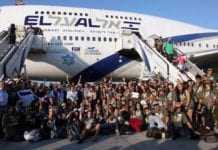 En gruppe immigranter ankommer Israel. (Illustrasjonsfoto: Nefesh B' Nefesh.)