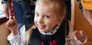Denne jenta får oppleve å gå ved hjelp av ny israelsk oppfinnelse. (Foto: Skjermdump fra Youtube.)