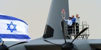 Fra mottakelsesseremonien for Super Hercules 9. april 2014. Generalmajor og sjef for luftforsvaret Amir Eshel sammen med forsvarsminister Moshe Ya'alon og forsvarssjef Benny Gantz. (Foto: IDF)