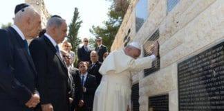 Pave Frans ber ved minnestedet for israelske terrorofre 26. mai 2014. (Foto: Ofir Gendelman, Twitter)