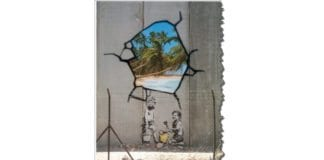 """Faksmile fra eksamensoppgaven i hovedmål 28. mai 2014. I bildeteksten til denne graffitien hevder Utdanningsdirektoratet at Betlehem er """"omringet"""" av muren. Alle med et kart over området kan se at det er feil."""
