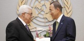 """PA-leder Mahmoud Abbas leverer søknad om fullt FN-medlemskap til FNs generalsekretær Ban ki-Moon i 2011. Fra november 2012 har """"Palestina"""" hatt observatørstatus. (Foto: FN / Flickr.com.)"""