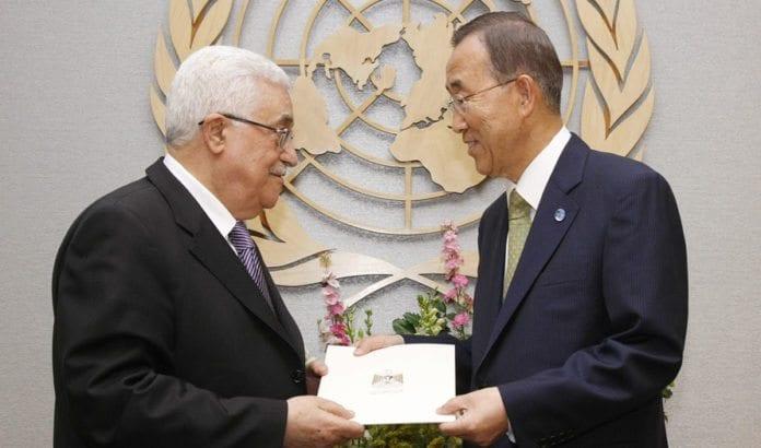PA-leder Mahmoud Abbas leverer søknad om fullt FN-medlemskap til FNs generalsekretær Ban ki-Moon i 2011. Fra november 2012 har