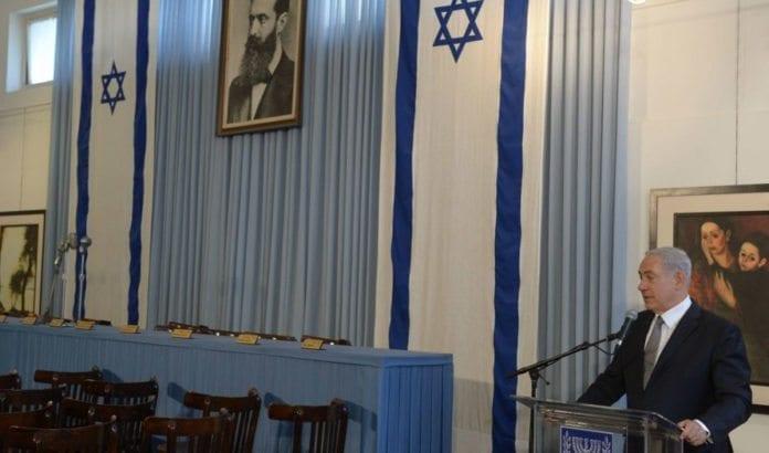 Netanyahu på talerstolen i Uavhengighetshallen i Tel Aviv 1. mai. (Foto: GPO.)
