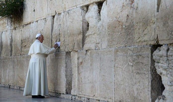 Pave Frans legger bønnelapp i Klagemuren under sitt besøk i Det hellige land. (Foto: GPO.)