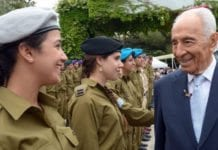 President Shimon Peres hedrer soldater på uavhengighetsdagen. (Foto: GPO.)