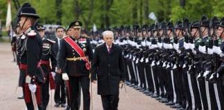 Her ledsages Israels president Shimon Peres av Hans Majestet Kong Harald V under velkomstseremonien på Slottsplassen mandag formiddag, 12. mai 2014. (Foto: Tor-Bjørn Nordgaard.)