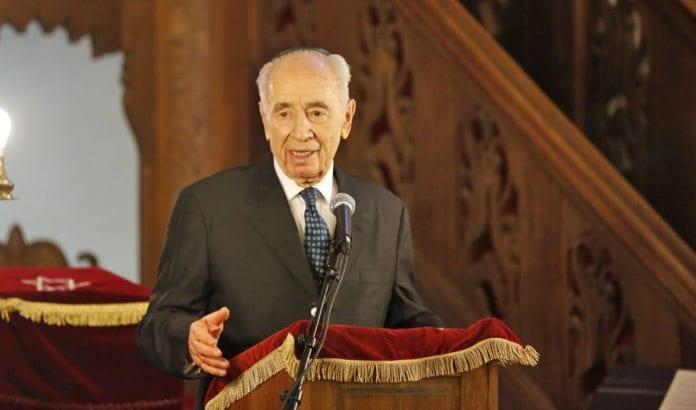 Shimon Peres taler i synagogen i Oslo søndag 11. mai. (Foto: Tor-Bjørn Nordgaard.)