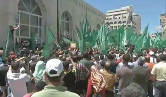 Over tusen Hamas-tilhengere demonstrerte i Ramallah onsdag. (Foto: Skjermdump fra Israel Hayom web-tv.)