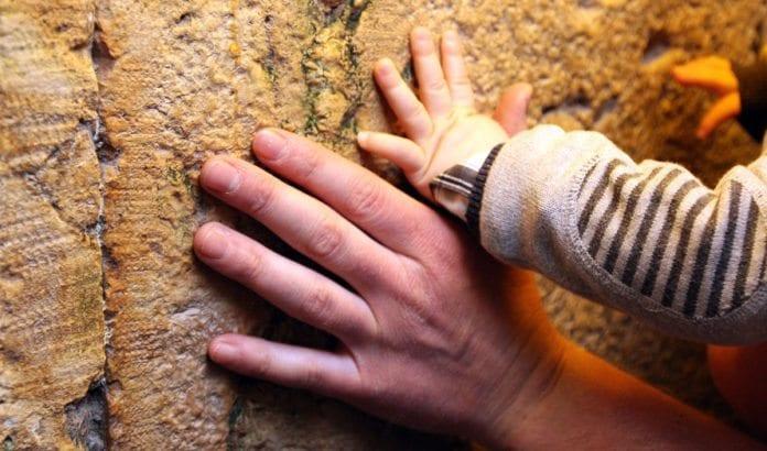 Israels historie går mye lengre tilbake enn 1948. I forrige uke kunne jeg, sammen med sønnen min, kjenne på steinene i fundamentet til jødenes tempel i Jerusalem. (Foto: Privat)