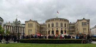 Demonstrantene foran Stortinget hevdet å representere en halv million nordmenn, for det meste fagforeningsmedlemmer. (Foto: Tor-Bjørn Nordgaard.)