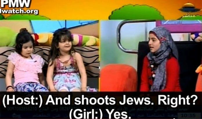 Her får programlederen Rawan (til høyre) ei av jentene som besøker studioet til å si at hun vil