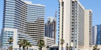 I midten er en ny skyskraper under bygging i Tel Aviv i mai 2014. (Illustrasjonsfoto: Conrad Myrland, MIFF)