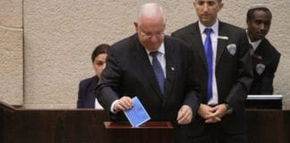 Reuven Rivlin avlegger som Knesset-medlem sin stemme i presidentvalget, hvor han selv gikk av med seieren. (Foto: Nyhetsbyrået Tazpit.)