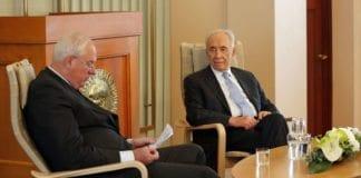Shimon Peres i samtale med Nobel-direktør Geir Lundestad på nobel-instituttet. (Foto: Tor-Bjørn Nordgaard.)