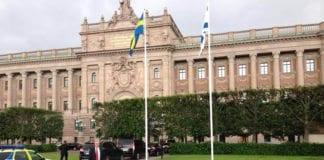 Det israelske flagget vaier ved siden av det svenske foran Riksdagen denne uken. (Foto: Isaac Bachmann / Facebook.)