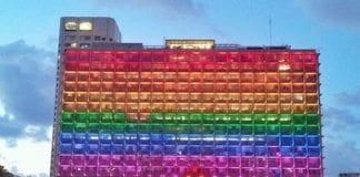 Rådhuset i Tel Aviv, dekorer i anledning festivalen Tel Aviv Pride. (Foto: Israel21c.org.)