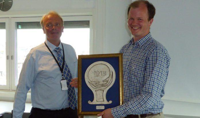 Dag Abrahamsen, styreleder i Norsk Israelsk Handelskammer, overrekker æresprisen til Conrad Myrland, daglig leder i MIFF. (Foto: Tore Wilhelmsen)