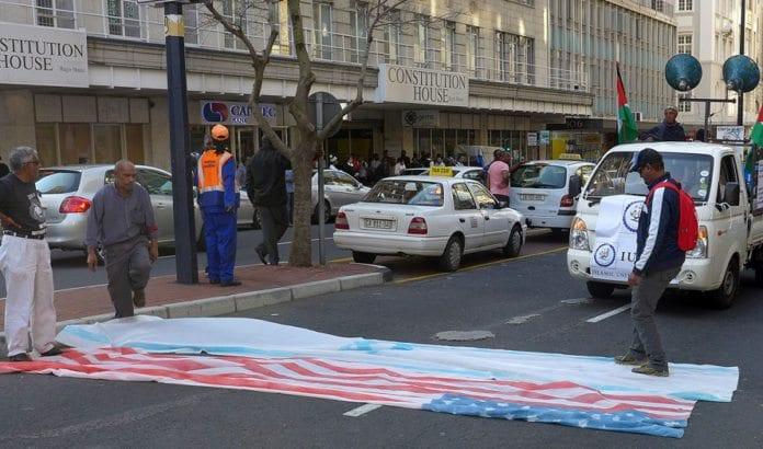 Fra en anti-israelsk demonstrasjon i Cape Town i Sør-Afrika. Demonstrantene passer på å tråkke på et amerikansk og israelsk flagg. (Foto: Patrick Donovan, flickr.com)